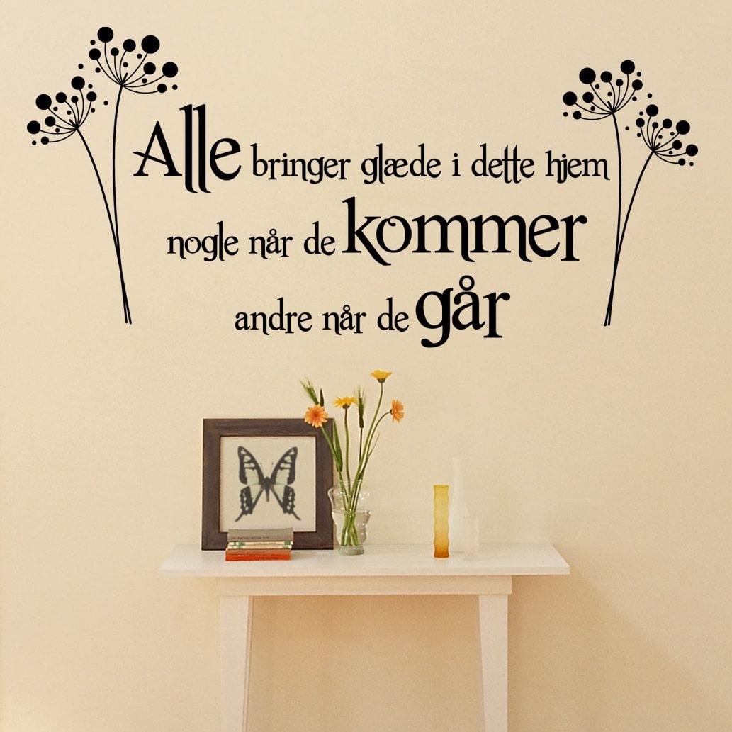citater til hjemmet Alle bringer glæde i dette hjem Wallsticker   Køb den online her citater til hjemmet
