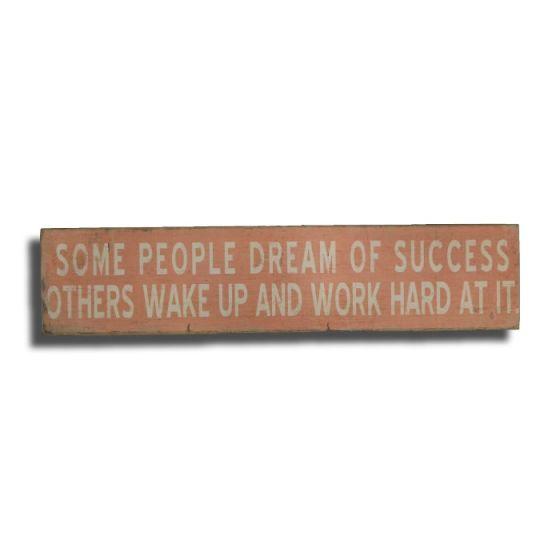 Some people dream of success Træskilt. Flot dekoration, der kan stå på et bord.