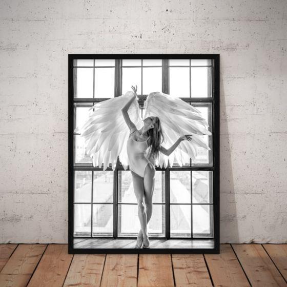 Flot plakat i stilen fotokunst - Kvinde med englevinger i vindue med lysindfald