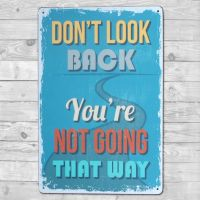 Don't look back - You're not going that way - Metal skilt. Flot blikskilt med tekst.