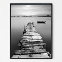 Flot plakat med badebro med sejlbåd i sort & hvid med bjerglandskab i baggrunden.