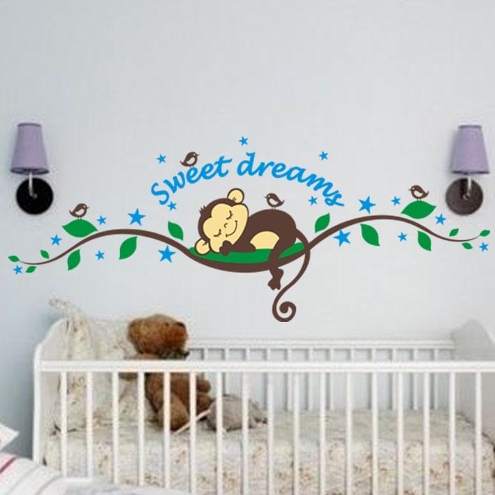 Wallsticker Sød abe der sover på en gren